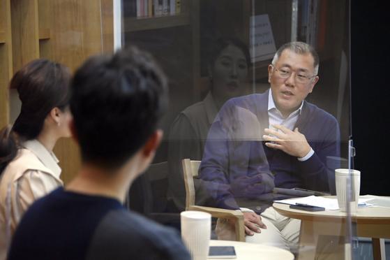 """정의선 현대차그룹 회장은 지난 16일 임직원 타운홀 미팅에서 """"정확한 성과보상제도를 마련하겠다""""고 밝혔다. [사진 현대차]"""