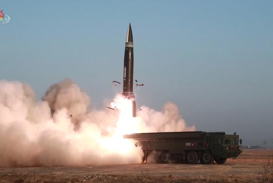 북한이 지난 25일 새로 개발한 신형전술유도탄 시험발사를 진행했다며 탄도미사일 발사를 공식 확인했다. 이번 신형전술유도탄은 탄두 중량을 2.5t으로 개량한 무기체계이며, 2기 모두 성공적으로 시험 발사가 이뤄졌다고 조선중앙TV가 26일 보도했다. [조선중앙TV 화면 캡처]
