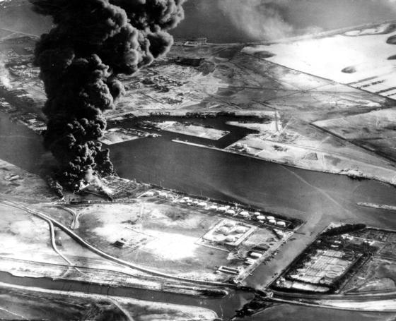 1956년 이집트의 수에즈운하 국유화로 벌어진 수에즈 동란 당시인 그해 11월 11일 수에즈운하 주변의 석유 저장시설이 영국 항공모함 이글함에서 출격한 전투기의 공습으로 불타고 있다. 당시 영국과 프랑스, 이스라엘은 수에즈 운하 국유화를 선언한 이집트를 공격했지만 미국과 소련, 그리고 유엔의 강력한 반대에 철군했다. 영국과 프랑스는 그 이후 글로벌 패권국가의 지위 상실을 확인해야 했다. 수에즈운하는 국가적 자부심과 분쟁의 원인이 되어왔다. AP=연합뉴스