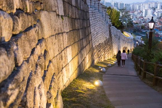 낙산성곽은 경관 조명과 가로등 따위의 시설이 잘 돼있어 야간에도 도보 관광을 즐기기 좋은 장소다. 최승표 기자