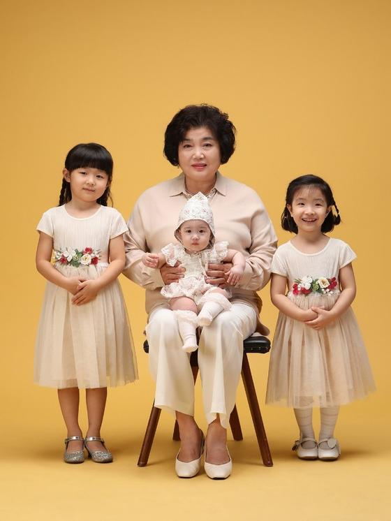 지난 9월 고 최희자 씨는 시한부 판정을 받자 손자 손녀들과 사진을 찍었다. [사진 최희자씨 가족]