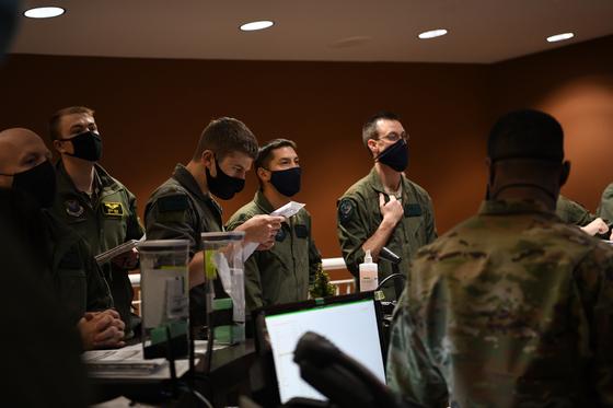 미국 전략사령부 대원들이 엘스워스 공군기지에서 배치 전 브리핑을 하고 있다. [사진 미 전략사령부]