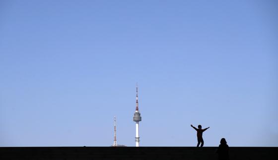 30일 오후 서울 용산구 국립중앙박물관에서 바라본 남산타워 위로 푸른 하늘이 펼쳐져 있다. 맑고 따뜻한 날씨에 대기가 활발히 뒤섞이면서 수도권을 중심으로 미세먼지 농도가 빠르게 낮아졌다. 30일 오후 3시 기준 제주도를 제외한 전국의 황사경보는 모두 해제됐다. 뉴스1