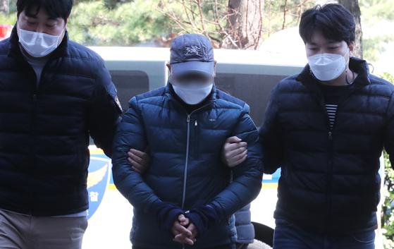 화물차 운전기사 A씨가 지난 22일 영장실질심사를 받기 위해 인천시 미추홀구 인천지법에 들어서고 있다. 뉴스1