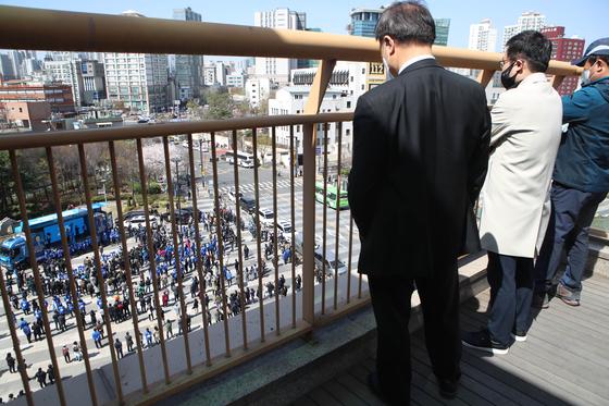 박영선 더불어민주당 서울시장 후보가 30일 서울 성동구 왕십리 일대에서 거리 유세를 펼치는 모습을 유권자들이 멀리서 지켜보고 있다. 오종택 기자