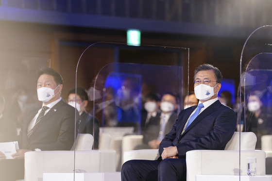 문재인 대통령과 최태원 대한상의 회장(왼쪽). 김성룡 기자