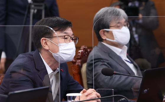 노영민 전 대통령 비서실장(오른쪽)과 김상조 전 정책실장이 지난해 12월 28일 오후 청와대에서 열린 수석·보좌관 회의에 참석해 있다. 연합뉴스