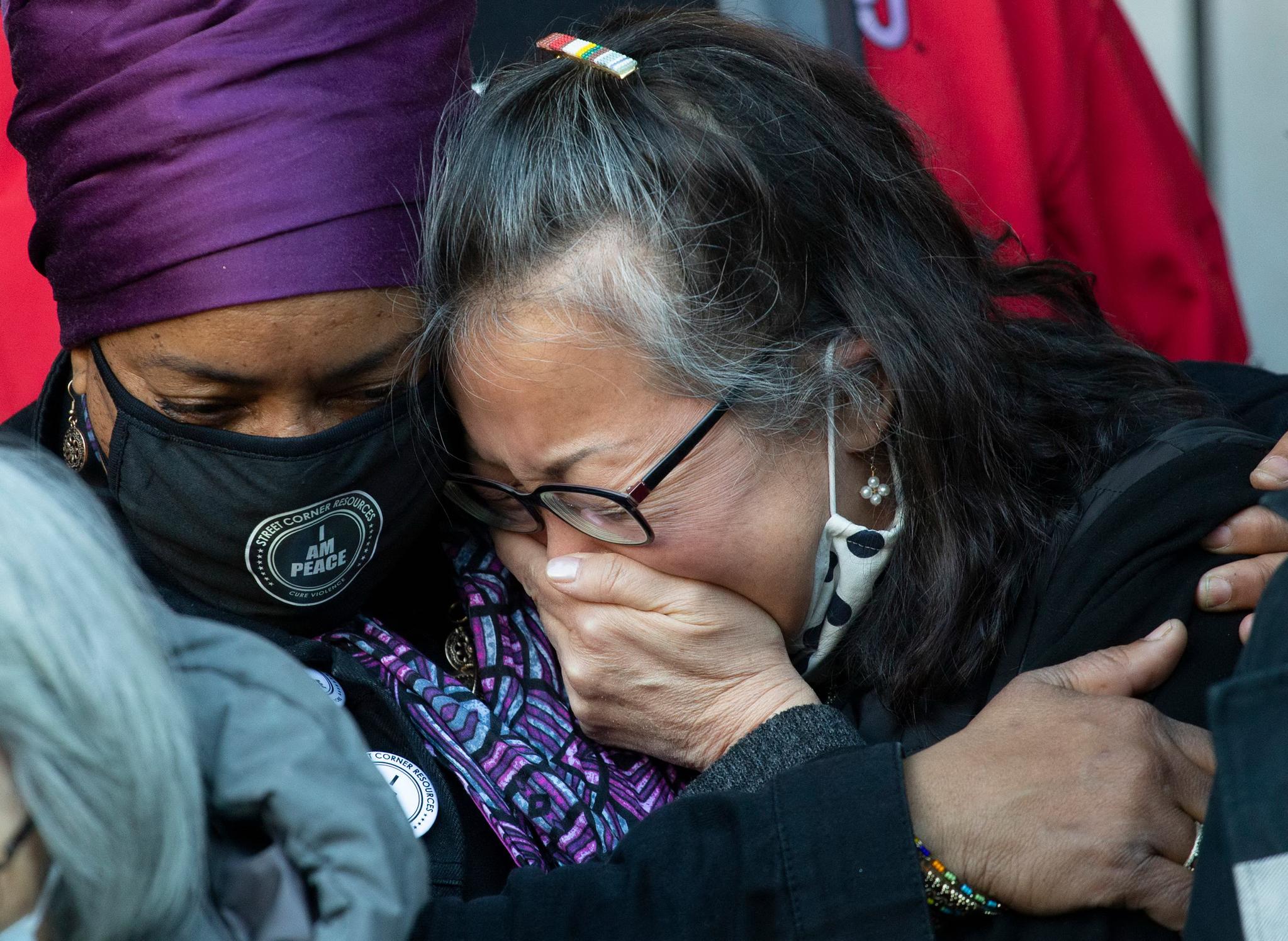 아시안계 미국인 단체 임원인 조안 유(Jo-Ann Yoo)씨가 30일(현지시간) 전날 65세 아시아 여성이 흑인에게 무차별 폭행을 당한 미국 뉴욕 맨해튼 거리의 현장에서 열린 기자회견에서 연설을 한 뒤 오열하고 있다. AFP=연합뉴스
