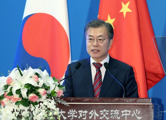 문재인 대통령이 2017년 12월 15일 중국 베이징대학교에서 연설하던 모습. 연합뉴스