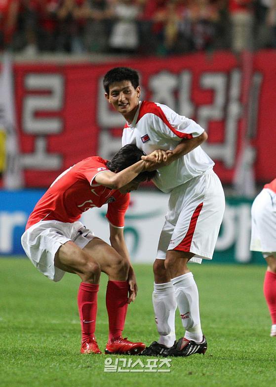 수원 소속이자 북한 대표였던 안영학은 2008년 월드컵 3차 예선 대한민국 대표팀과의 경기 때, 북한 대표팀 유니폼 안에 수원 유니폼을 받쳐 입어 화제가 되기도 했다. 안영학은 수원 삼성 선수와 북한 대표로서의 자부심을 함께 표현하고 싶었다고 한다. IS포토