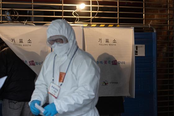 제21대 국회의원선거 투표일인 지난해 4월 15일 서울 강남구 청소년수련관에 마련된 코로나19 자가격리자 대상 임시 기표소에서 투표신청자들이 기표하고 있다. 뉴스1