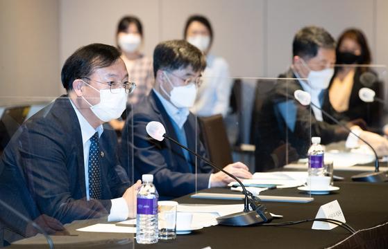 강도태 국가암관리위원회 위원장(보건복지부 2차관)이 31일 오후 서울 중구 플라자호텔에서 열린 2021년 제1차 국가암관리위원회 회의에서 모두발언을 하고 있다. 뉴스1