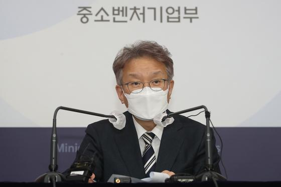 권칠승 중소벤처기업부 장관이 1일 오후 서울 종로구 세종대로 정부서울청사 별관 브리핑룸에서 열린 기자회견에서 발언을 하고 있다. 뉴스1