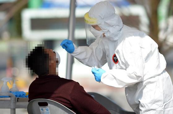 신종 코로나바이러스 감염증(코로나19) 확산속에 18일 대전 유성구보건소 코로나19 선별진료소에서 의료진들이 방문한 시민들을 분주히 검사하고 있다. 프리랜서 김성태
