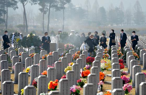 제6회 서해수호의 날 이자 천안함 폭침 11주기인 지난달 26일 국립대전현충원 천안함46용사 묘역을 찾은 유족과 장병들이 고인들을 추모하고 있다. [프리랜서 김성태]