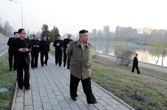 김정은 북한 국무위원장이 평양 보통강변에 건설키로 한 800세대의 다락식주택구 건설 예정지를 돌아보고 있다. [뉴스1]