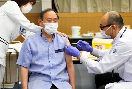 스가 요시히데 일본 총리가 지난달 16일 코로나19 백신을 접종하고 있다. [AFP=연합뉴스]J