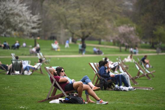 3월 31일(현지시간) 런던 세인트 제임스 파크에서 휴식 중인 시민들. 앞서 29일 시작된 3차 코로나 봉쇄 완화로 6인 이하의 야외 모임과 야외 스포츠 활동이 재개됐다. 런던=연합뉴스 EPA