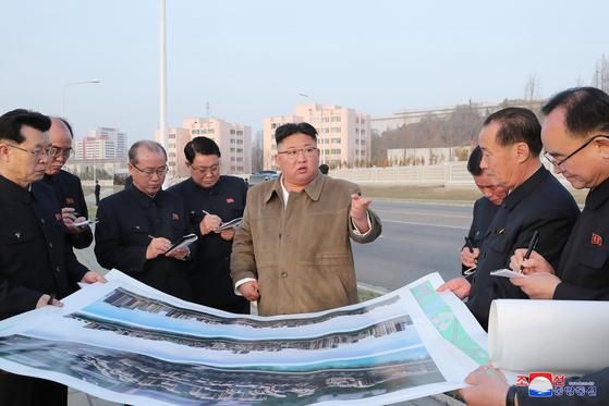 김정은 북한 국무위원장이 평양 시내 보통강 강변의 주택건설 현장을 시찰했다고 조선중앙통신이 1일 보도했다. 연합뉴스