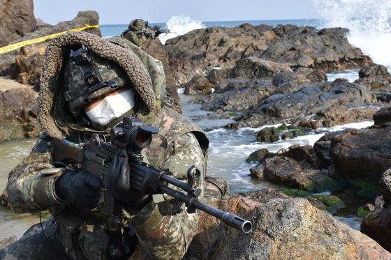 육군이 219억원을 들여 도입한 해안 감시장비와 관련해 국가수사본부가 납품 비리 정황을 포착해 현재 수사하고 있다. 사진은 육군 50사단 초등조치부대원들이 지난 1월 경북 울진군 해안에서 원인미상의 물체 발견에 따른 수색·경계 훈련을 하는 모습. [뉴스1]