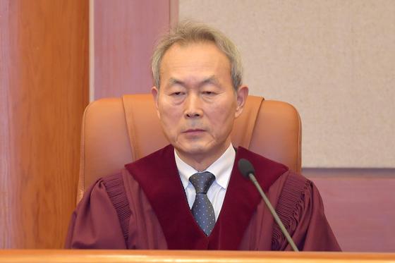 서울 종로구 헌법재판소 심판정에 입정한 이석태 헌법재판관. 임현동 기자
