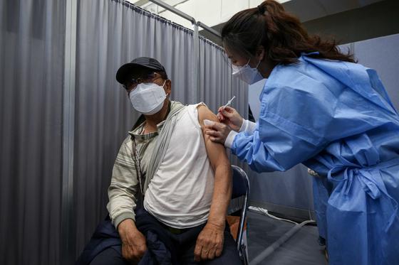 만 75세 이상 노인에 대한 코로나19 백신접종이 시작된 1일 오전 서울 송파구 예방접종센터에서 한 어르신이 화이자 백신을 맞고 있다. 뉴스1