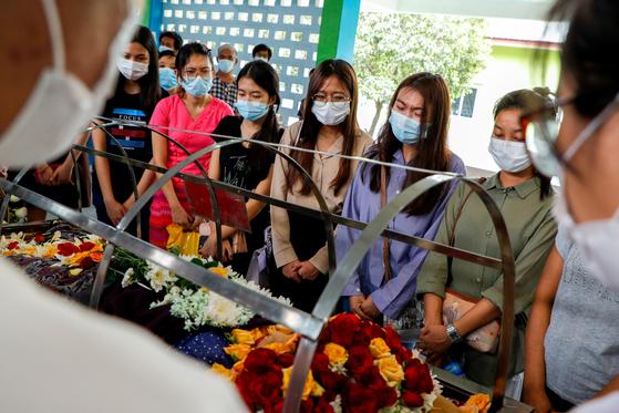 동료와 친구들이 2일 총격 이틀 만에 숨진 신한은행 미얀마 양곤 지점 직원의 죽음을 애도하고 있다. 로이터=연합뉴스