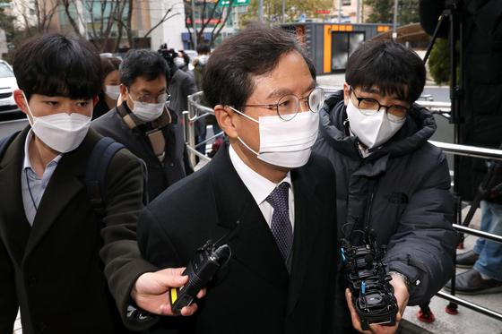 지난해 12월 서울남부지방법원으로 출석하는 윤갑근 전 대구고검장. 뉴시스