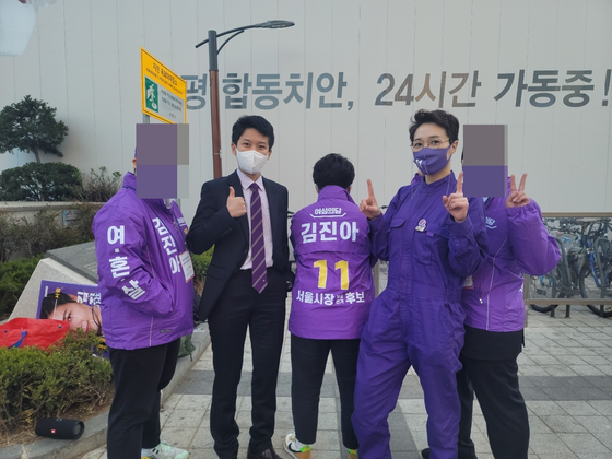 4.7 서울시장 보궐선거에 출마한 김진아 여성의당 후보(오른쪽에서 두번째). 함민정 기자