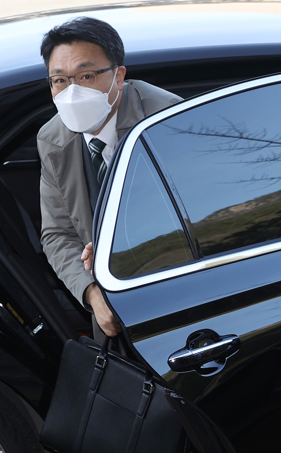 김진욱 고위공직자범죄수사처장이 지난달 31일 오전 정부과천청사로 출근을 하기 위해 차에서 내리고 있다.연합뉴스