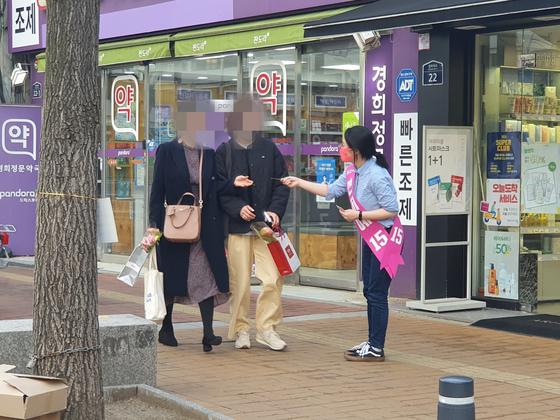 지난달 31일 오후 5시 4·7 서울시장 보궐선거에 출마한 신지예 무소속 후보가 서울 동대문구 경희대학교 정문 앞 인근에서 시민들에게 명함을 나눠주고 있다. 이가람 기자