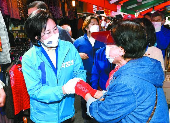 박영선 민주당 후보가 1일 서울 대림동 우리시장에서 유권자들과 인사하고 있다. [국회사진기자단]