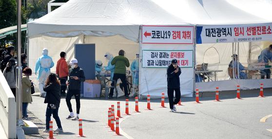지난달 31일 대전시 중구 한밭체육관 앞에 마련된 코로나19 선별진료소에서 의료진들이 시민들을 분주히 검사하고 있다. 프리랜서 김성태