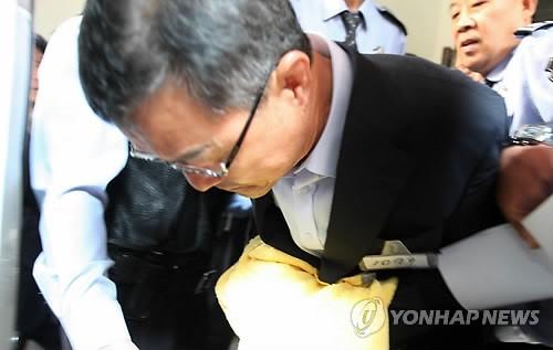 2013년 10월 김명수 당시 서울시의회 의장이 뇌물 혐의로 구속 심사를 받고 나오고 있다. 연합뉴스