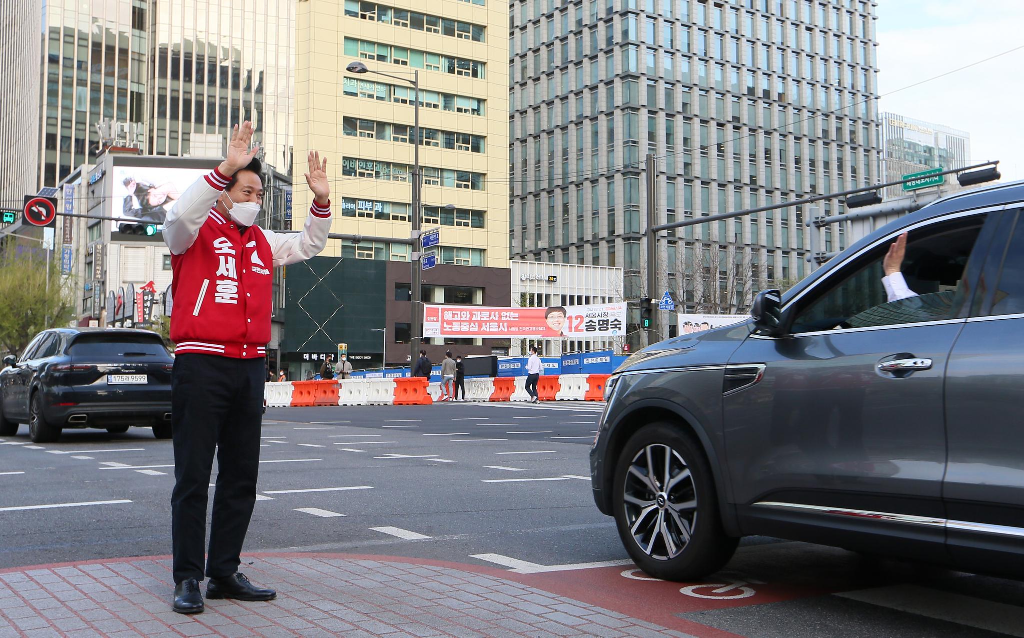 오세훈 국민의힘 서울시장 후보가 2일 오전 서울 세종대로사거리에서 출근길 시민들을 향해 인사하고 있다. 뉴스1