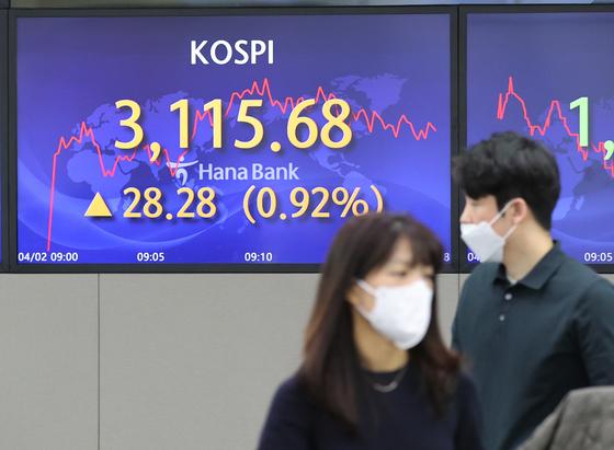 코스피가 상승세로 출발한 2일 오전 서울 중구 하나은행 딜링룸에서 딜러들이 대화하고 있다. 장중 3100선 상회는 2월 22일 이후 처음이다. 연합뉴스