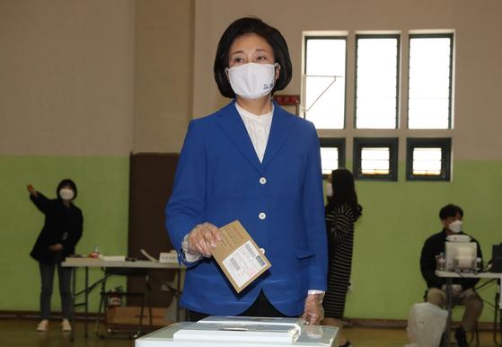 박영선 더불어민주당 서울시장 후보가 2일 오전 서울 종로구청에 마련된 사전투표소에서 투표를 하고 있다. 뉴스1