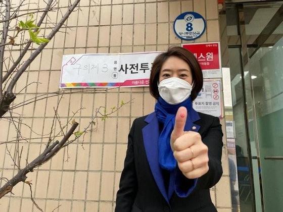 2일 사전투표 후 엄지에 도장을 찍은 '인증샷'을 페이스북에 올린 더불어민주당 고민정 의원. 사진 고 의원 페이스북