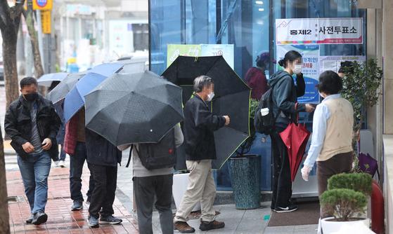 4·7 재·보궐선거 사전투표 이틀째인 3일 오전 서울 서대문구 홍제제2동주민센터에 마련된 투표소에서 유권자들이 길게 줄을 서 있다. 연합뉴스