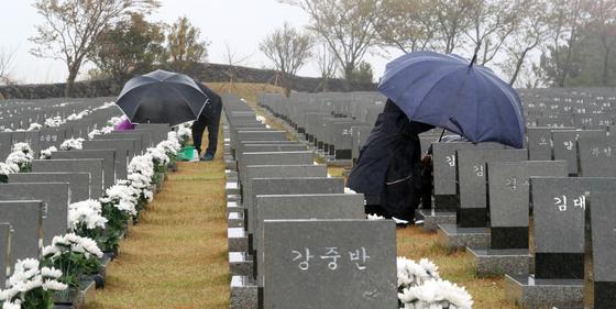 제73주년 제주4·3희생자 추념일인 3일 오전 제주시 봉개동 제주4·3평화공원 행방불명인 묘역에서 유족들이 참배하고 있다. 뉴스1