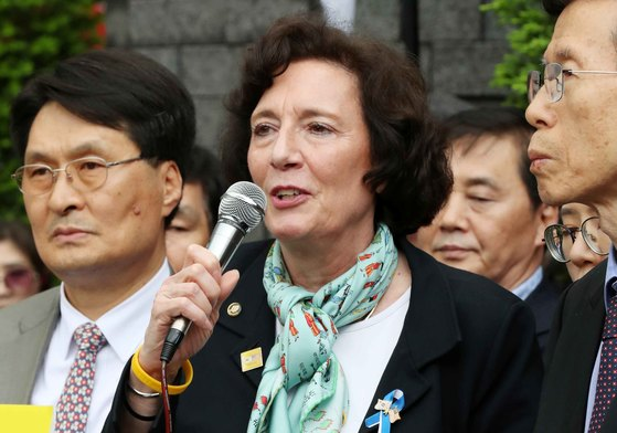 수전 숄티 북한자유연합 대표(가운데). [중앙포토]