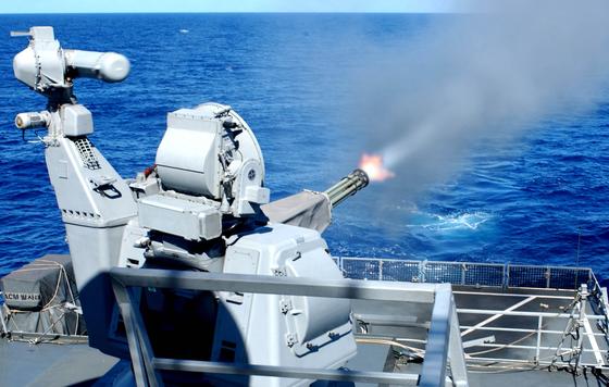 해군 함정에 탑재한 근접방어무기 골키퍼가 해상으로 사격하고 있다. [사진 해군]