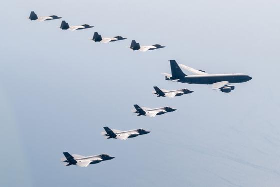 지난 2일 일본 근처에서 미국 공군의 스텔스 전투기인 F-22 랩터 편대와 일본 항공자위대의 스텔스 전투기인 F-35A 라이트닝Ⅱ 편대가 미 공군의 KC-135 스트라토탱커 공중급유기를 호위하고 있다. 주일미군