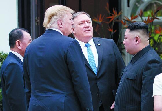 마이크 폼페이오는 도널드 트럼프 전 미국 대통령 재임 때 북한과 실무 협상을 주도했다. 사진은 2019년 2월 베트남 하노이 회담 때 모습. AP=연합뉴스