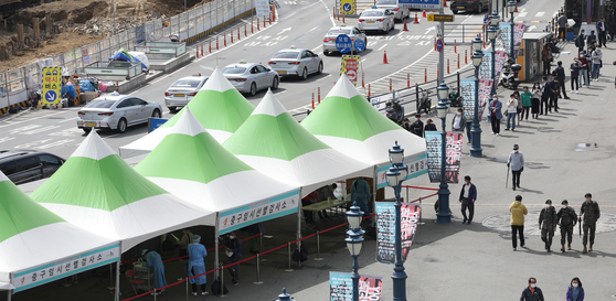 지난 2일 오전 서울역 임시선별 검사소에서 시민들이 검사를 기다리고 있다. 연합뉴스