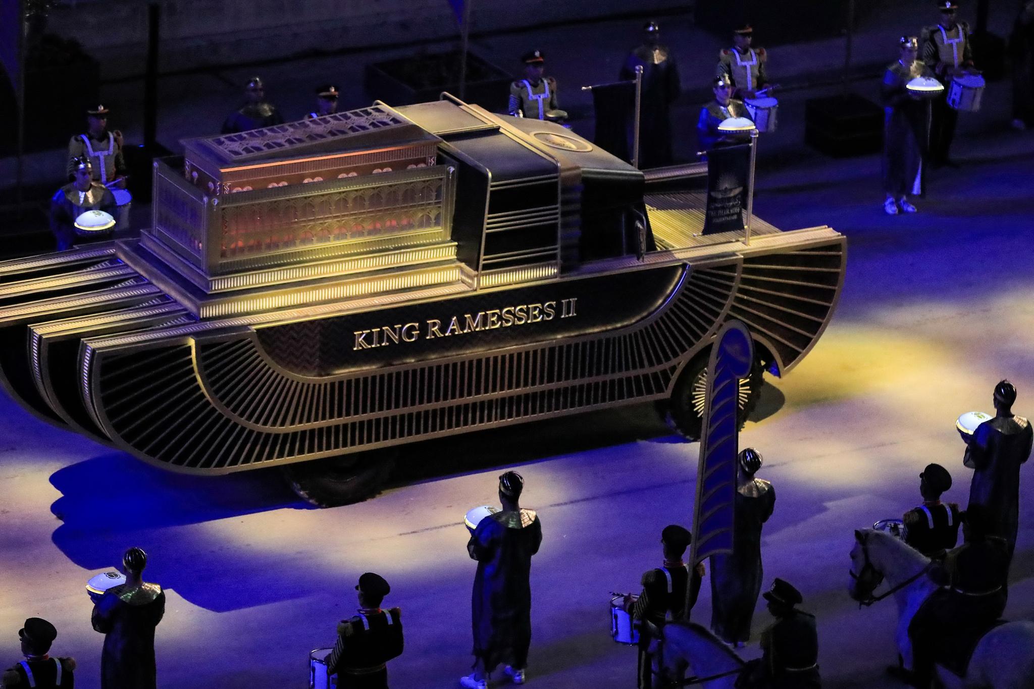 고대 이집트 파라오 람세스 2세의 미라가 3일(현지시간) 저녁 고대 이집트 왕가의 문장으로 장식된 트럭에 실려 새 박물관으로 이송되고 있다. AFP=연합뉴스