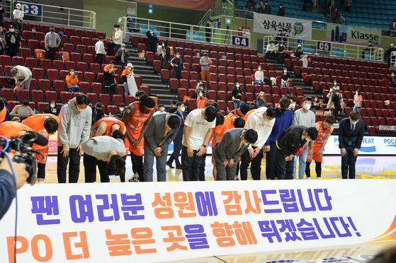 지난 3일 열린 LG전 승리 후 팬들에게 인사하는 전자랜드 선수단의 모습. KBL 제공
