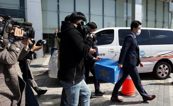 LH 전북본부 압수수색 후 압수품 옮기는 경찰. 연합뉴스