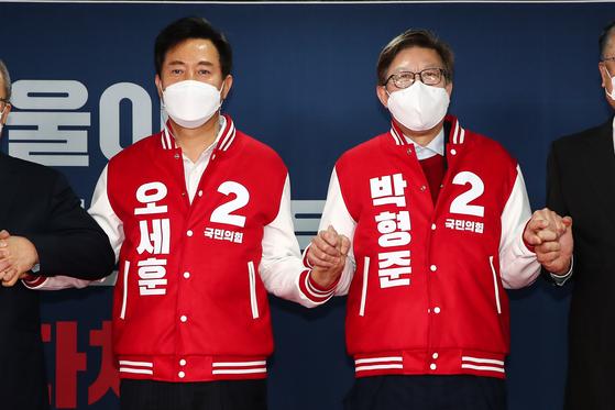 국민의힘의 오세훈 서울시장 후보(왼쪽)와 박형준 부산시장 후보. 오종택 기자