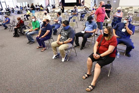 지난달 30일 미국 캘리포니아주 애플밸리에 있는 '프로비던스 세인트 메리 메디컬 센터'에서 접종받은 시민들이 대기하며 이상반응을 관찰하고 있다. AFP=연합뉴스